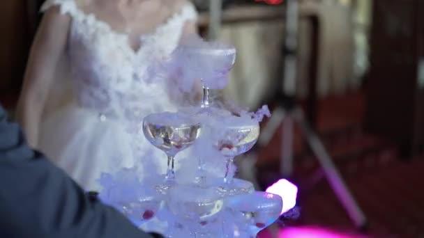 Braut und Bräutigam, die Pyramide der Champagner in Strömen