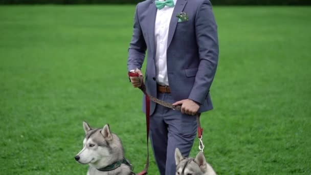 Muž s husky pes