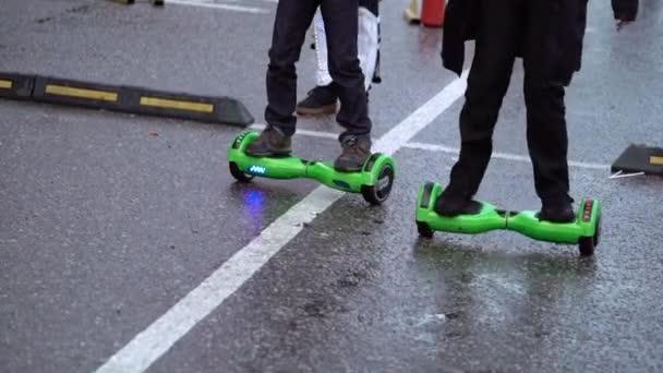 Saint-Petersburg, Rusko-7. října 2017: Lidé jízdy Samovyvažující koloběžky