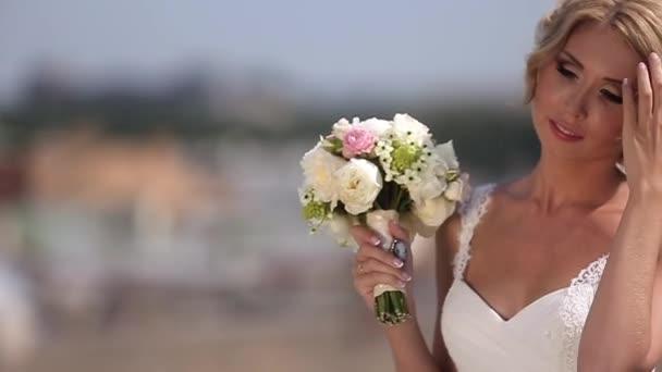 Szőke menyasszony-tető tetején