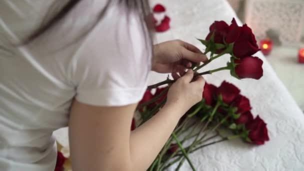 Mladá žena, aby kytice