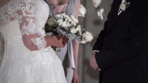 nevěsta a ženich na svatebním obřadu
