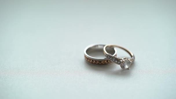 Snubní prsteny rohlíky na bílém pozadí