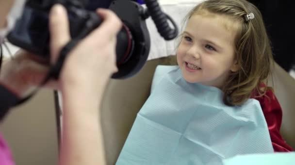 Kind Mädchen in Zahnklinik