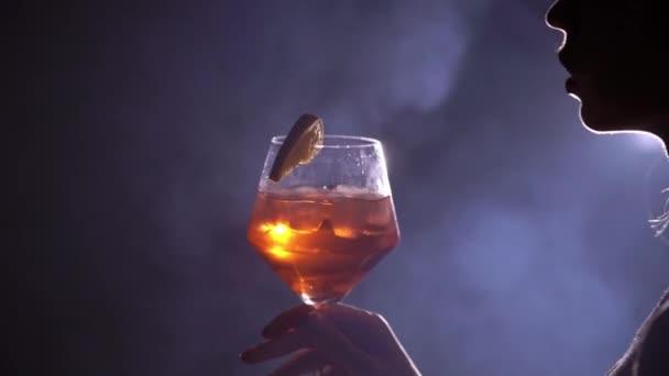 Mladá žena se sklenkou koktejlu