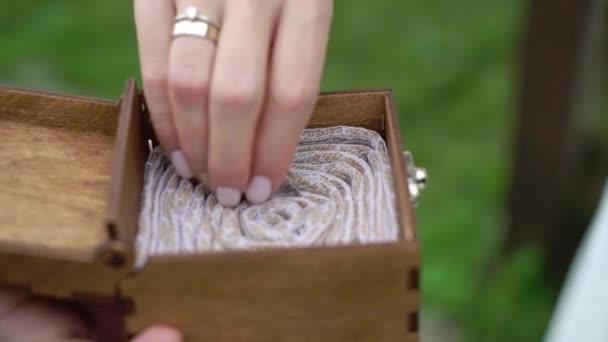 Nevěsta a ženich si při obřadu vyměňují snubní prsteny. Krásný pár