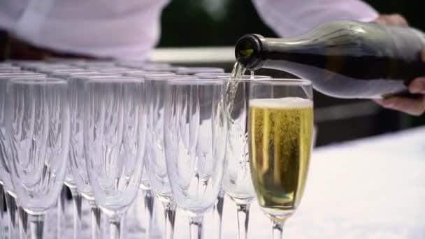 Pezsgő szemüvegben és üveg a partin. Alkoholtartalmú italok és italok