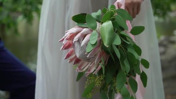 Svatební obejmutí. Nevěsta a ženich objímající