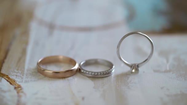 Jegygyűrűk. Házassági szimbólumok. A menyasszony és a vőlegény szeretete feleség és férj lesz. Házassági szimbólum.