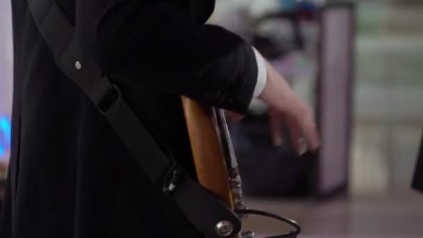 Gitáros gitározik a koncerten. Zenész vonós hangszerrel a színpadon.