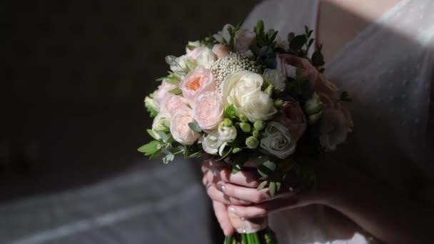 Mladá krásná dívka v prádle nebo župan s květinami. Svatební kytice, svatební ráno. Žena pózuje