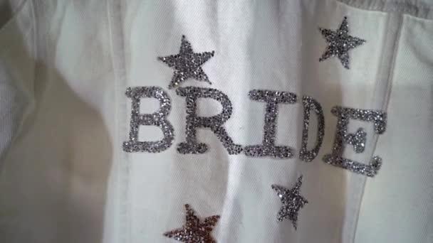 Luxusní svatební šaty pro nevěstu. Svatební bílé šaty.
