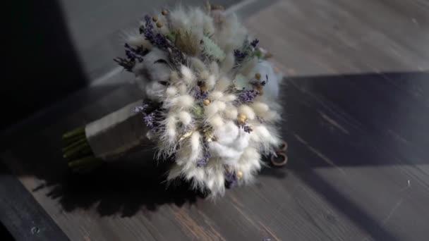 Kytice z bílé bavlny. Svatební kytice nevěsty. Ranní přípravy novomanželů. Květinové aranžmá