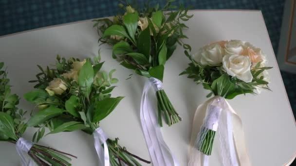 Kytice bílých a žlutých růží. Svatební kytice nevěsty. Ranní přípravy novomanželů. Kytice pro nevěstu a družičky.