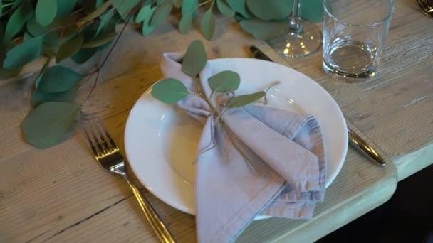 Sklenice, talíře, příbory a ubrousky. Zdobené stoly s květinami na večírek. Svatební hostina, narozeniny, výročí.