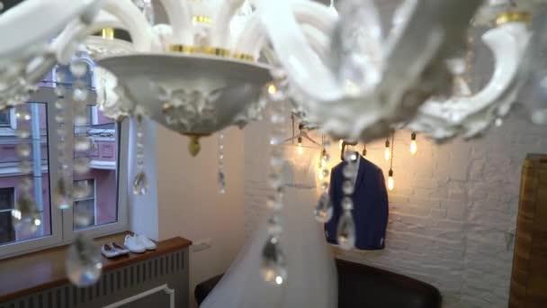 Luxus esküvői ruha koszorúslányoknak és menyasszonynak. Menyasszonyi fehér ruha és vőlegény ruha