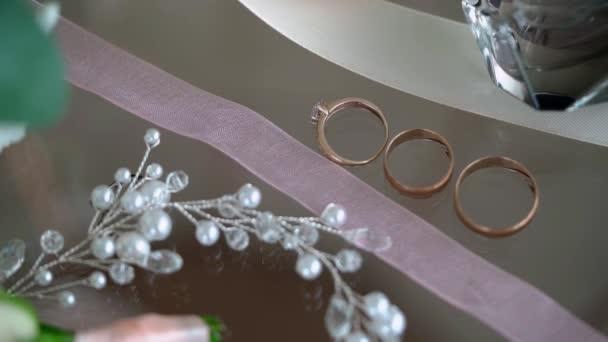 Svatební prsteny. Pár manželských symbolů. Láska nevěsty a ženicha se stává manželkou a manželem. Symbol manželství.