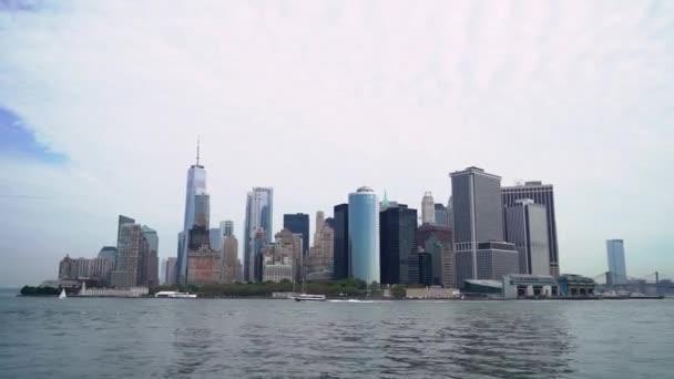 Výlet lodí po New Yorku, USA. Hudson Bay, Brooklynský most a věže Dolního Manhattanu