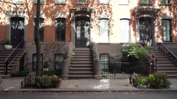Mladá dívka kráčí v centru New Yorku.