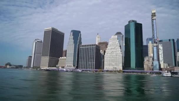 Hajókirándulás New York körül, USA. Hudson Bay és Alsó Manhattan tornyai.