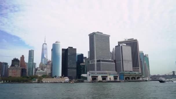New York, USA - 1. října 2019: Výlet lodí po New Yorku, USA. Hudson Bay, Brooklynský most a věže Dolního Manhattanu.