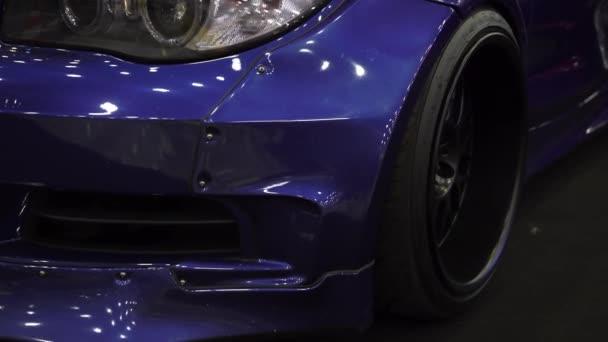 Světlomet modrého auta. Vylaďování automobilů. Luxusní kupé.