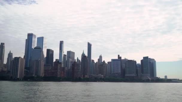 Výlet lodí po New Yorku, USA. Hudson Bay a věže Dolního Manhattanu.