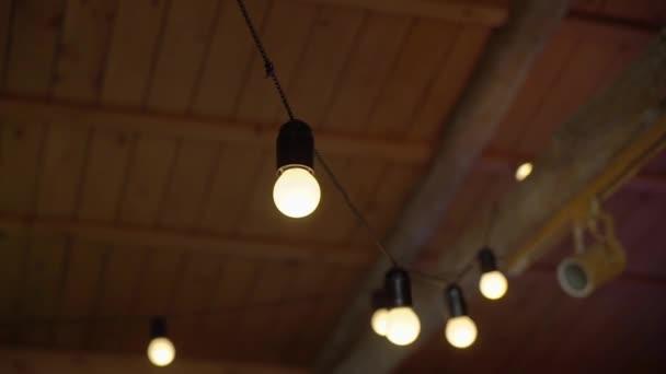 Žárovka v girlandu. Dekorované světlo