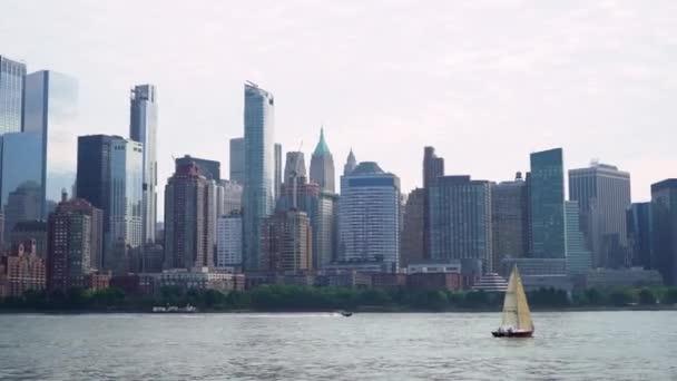 New York, USA - 1. října 2019: Výlet lodí po New Yorku, USA. Hudson Bay a věže Dolního Manhattanu.
