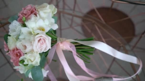 Kytice z bílých a růžových růží. Svatební kytice nevěsty. Ranní přípravy novomanželů. Květinové aranžmá