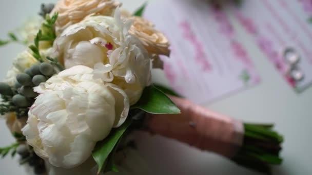 Kytice z bílých a růžových pivoňek a růží. Svatební kytice nevěsty. Ranní přípravy novomanželů.