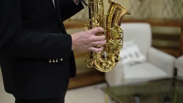 Szaxofonon vagy szaxofonon játszó szaxofonos zenész a koncerten vagy a partin