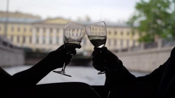 junges Paar oder Freunde klimpern mit Champagner auf Jacht. Segeln auf einem Boot bei einer Stadtrundfahrt
