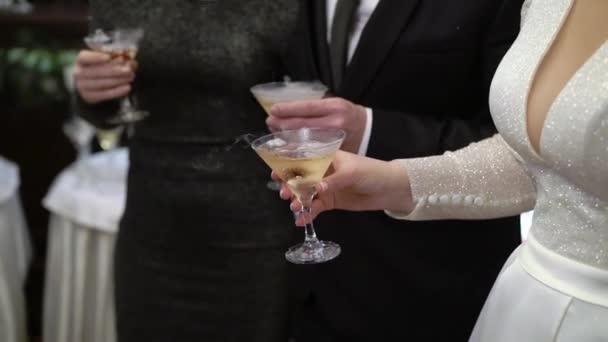 Frau mit Glas Sekt auf der Party