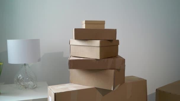 Umzug oder Umzug in eine neue Wohnung oder ein neues Büro. Kartons auspacken