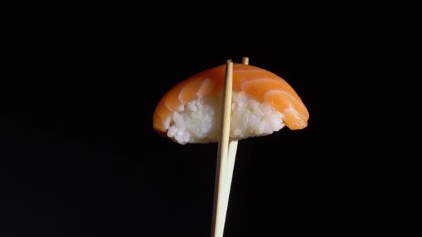 Japán hagyományos étel sushi tekercs lazaccal.