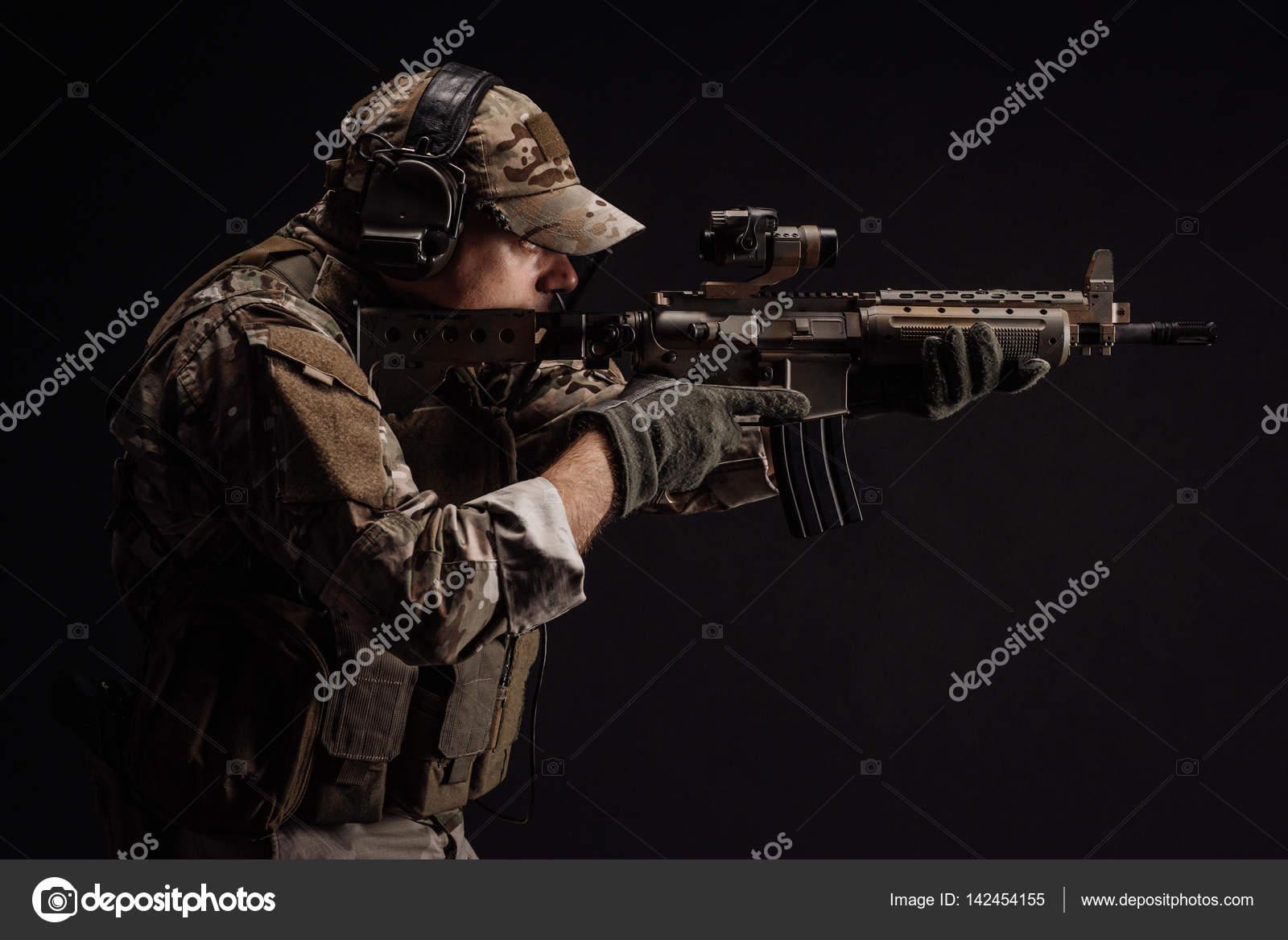民間軍事請負業者の狙撃兵のライフルを保持しています 技術と ...