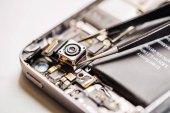 Reparieren beschädigte Smartphone im Service-Center. Closeup