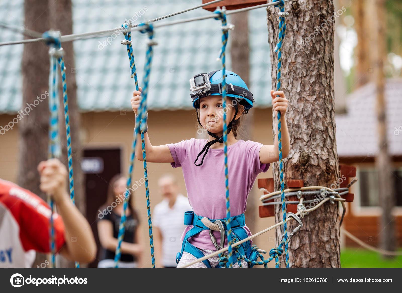 Kletterausrüstung Baum : Babymädchen mit kletterausrüstung im abenteuerpark engagieren ich