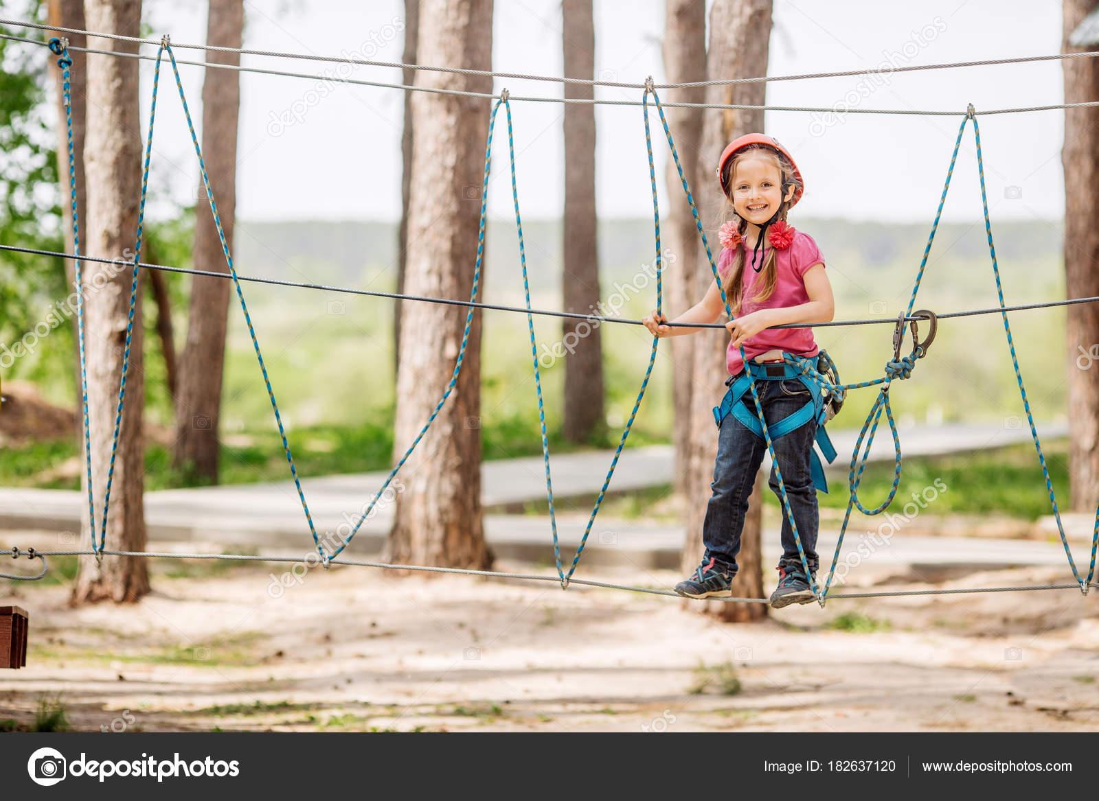 Kletterausrüstung Kinder : Babymädchen mit kletterausrüstung im abenteuerpark engagieren ich
