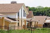 Fényképek új vidéki ház exkluzív községben