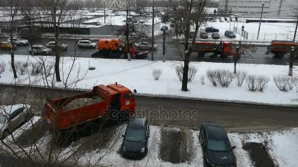 Čisticí stroje sníh v Moskvě v prosinci
