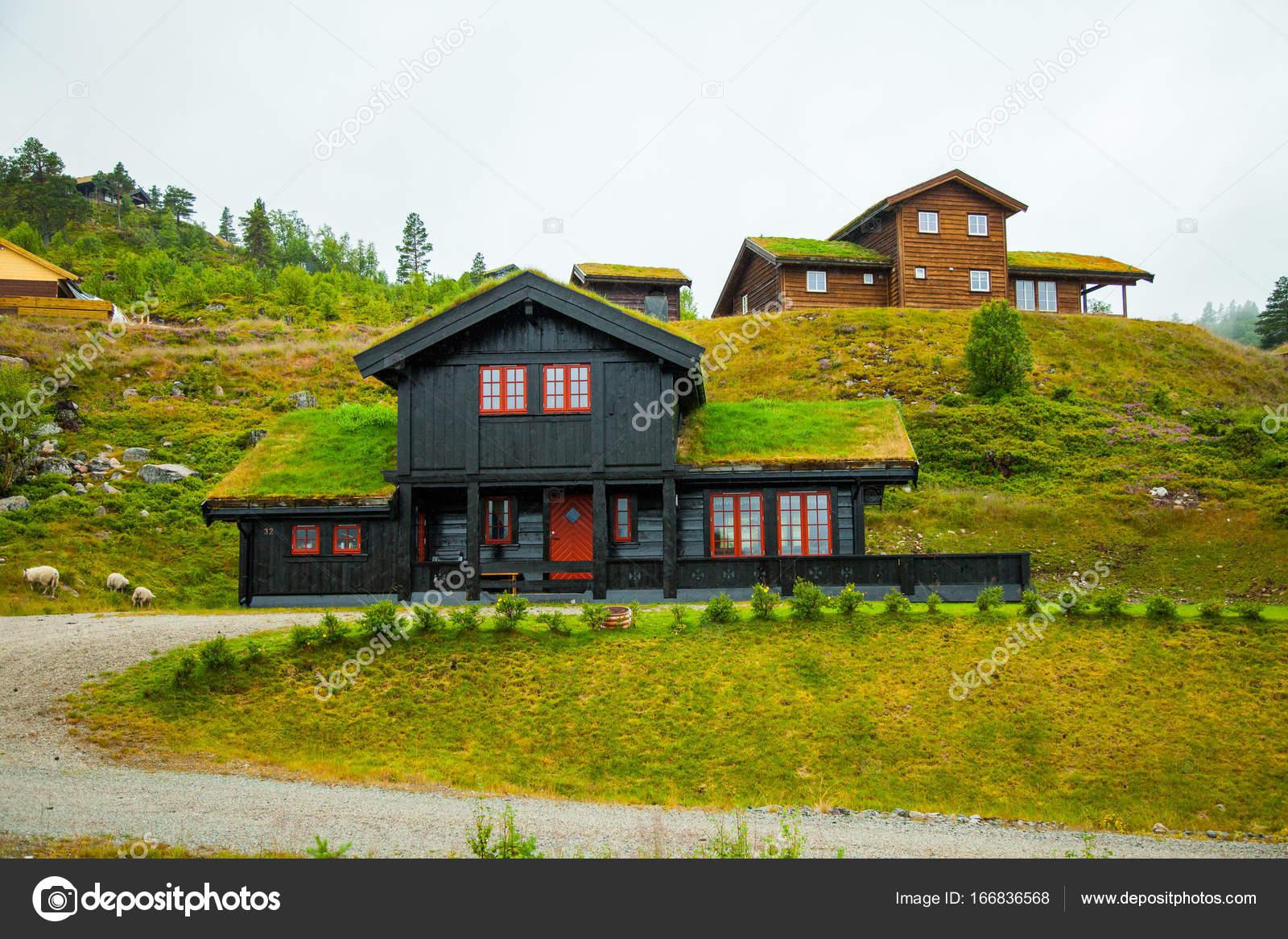 In piedi la casa in legno norvegese tradizionale su un for Casa in legno tradizionale