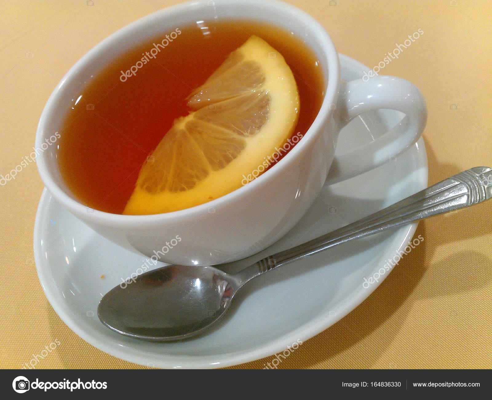Gesunde Tee Gießen Heißen Tee In Eine Tasse Auf Einem Holztisch