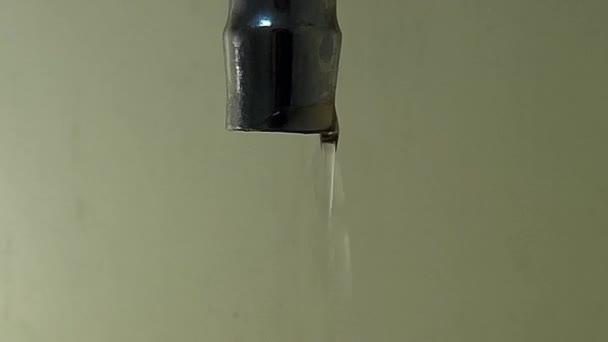 Gocce del flusso dacqua dal rubinetto