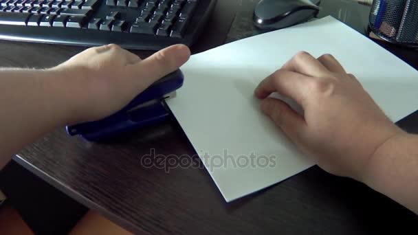 Sešít prázdných listů papíru se sešíváním