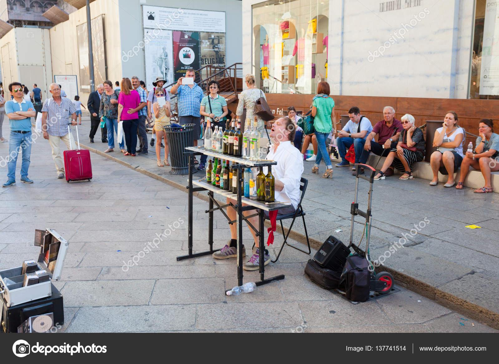 Милан италия сентября 2016 музыкант играет музыку стеклянные.