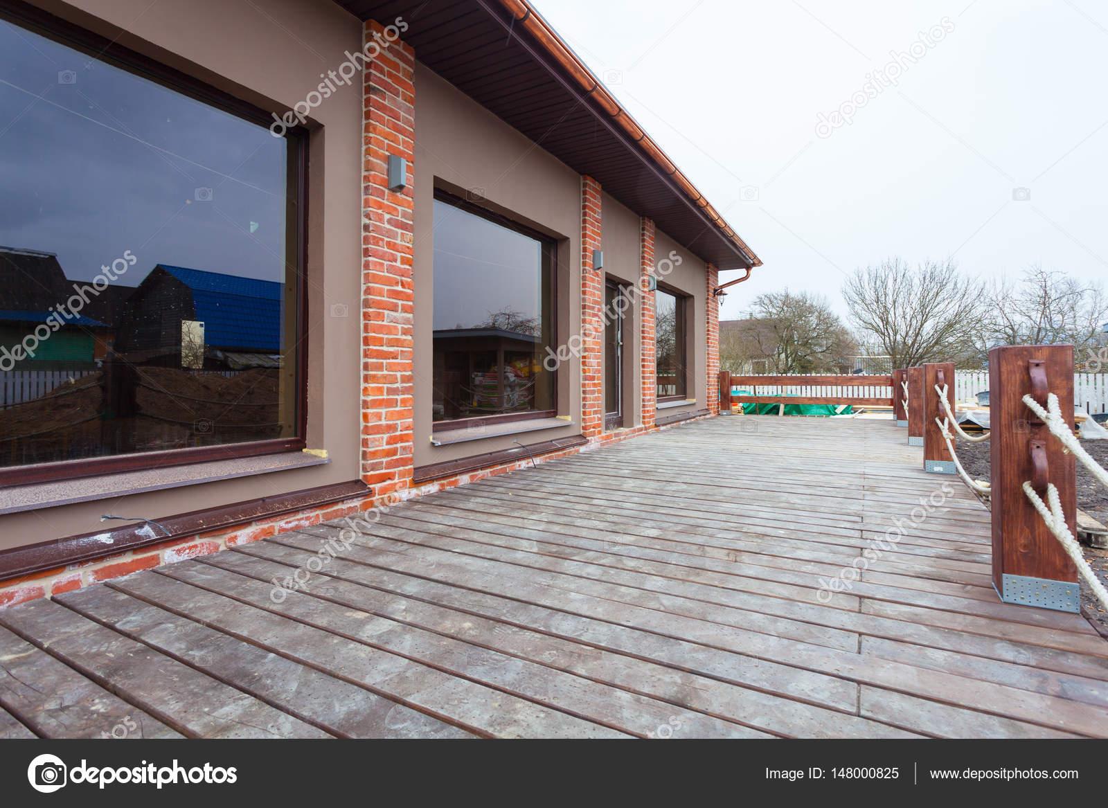 Das Moderne Haus Mit Großen Fenstern Und Mit Großen Holzterrasse ...