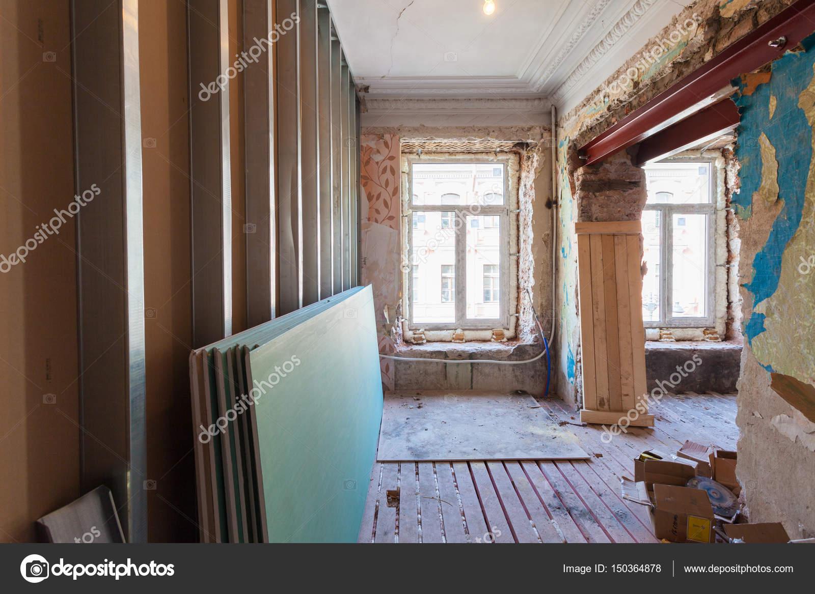 Ver la habitación vintage con molduras en el techo del apartamento ...