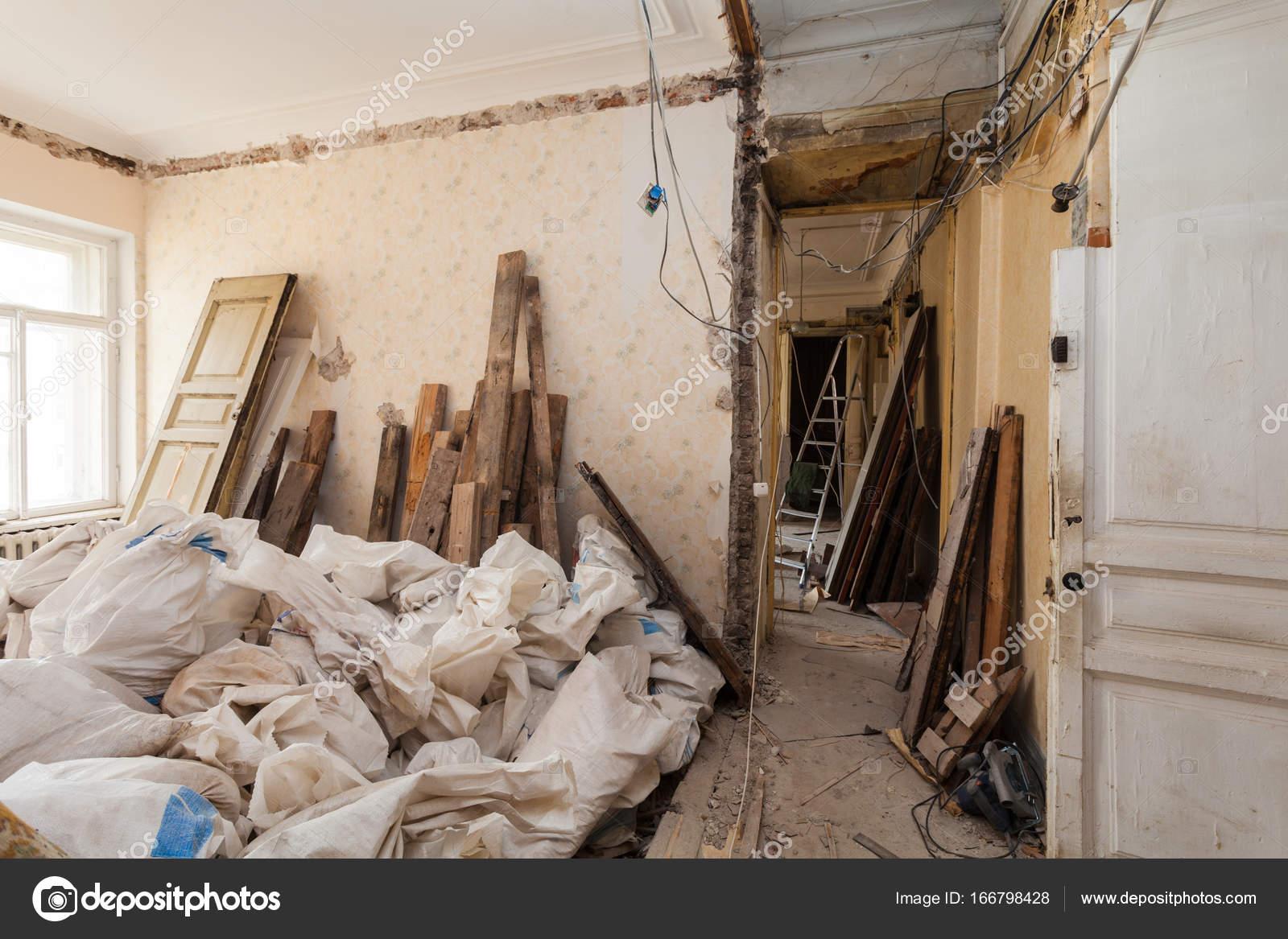 Sehen Sie Zimmer Der Wohnung Und Retro Kronleuchter Während Unter  Renovierung, Umbau Und Bau. Der Prozess Der Demontage Alte Zimmer Und  Verpackung ...
